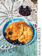 Купить «Сырники, запеченные в духовке и вишневое варенье», фото № 6403613, снято 15 сентября 2014 г. (c) Наталья Осипова / Фотобанк Лори