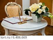 Купить «Документы для заключения брака, лежат на столе в ЗАГСе», эксклюзивное фото № 6406669, снято 1 августа 2014 г. (c) Игорь Низов / Фотобанк Лори