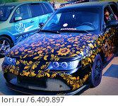 Автомобиль ВАЗ 2110 с аэрографией в русском стиле (2013 год). Редакционное фото, фотограф СергейДорогов / Фотобанк Лори