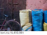 Sacks of food for sale at market stall, Medina, Marrakesh, Morocco. Стоковое фото, агентство Ingram Publishing / Фотобанк Лори