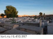 Graves at Jewish Cemetery, Miaara, Mellah, Medina, Marrakesh, Morocco (2012 год). Стоковое фото, агентство Ingram Publishing / Фотобанк Лори