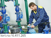Купить «heating engineer repairman in boiler room», фото № 6411265, снято 23 апреля 2014 г. (c) Дмитрий Калиновский / Фотобанк Лори