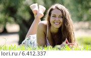Купить «Portrait of brunette woman in green grass», видеоролик № 6412337, снято 17 сентября 2014 г. (c) Яков Филимонов / Фотобанк Лори