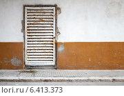 Купить «Белая ржавая решетчатая дверь в бетонной стене», фото № 6413373, снято 20 августа 2014 г. (c) EugeneSergeev / Фотобанк Лори