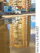 Большая лужа во дворе многоэтажного жилого дома-новостройки (2014 год). Редакционное фото, фотограф Владимир Сергеев / Фотобанк Лори
