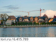 Купить «Красивые жилые коттеджи на берегу озера на закате», эксклюзивное фото № 6415789, снято 25 августа 2014 г. (c) Svet / Фотобанк Лори