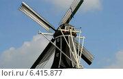 Купить «Ветряная мельница с вращающимися лопастями на фоне синего неба, Голландия», видеоролик № 6415877, снято 13 сентября 2014 г. (c) FMRU / Фотобанк Лори