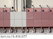 Купить «Монтаж вентилируемого фасада на стену здания», фото № 6416077, снято 3 августа 2014 г. (c) Кекяляйнен Андрей / Фотобанк Лори
