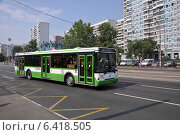 Купить «Автобус ЛиАЗ-5292 следует по улице Маршала Катукова по маршруту № 687», эксклюзивное фото № 6418505, снято 7 августа 2012 г. (c) Дмитрий Абушкин / Фотобанк Лори