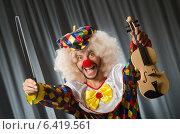 Купить «Funny clown plyaing violin against curtain», фото № 6419561, снято 18 июля 2014 г. (c) Elnur / Фотобанк Лори