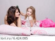 Девочка расчесывает волосы маме. Стоковое фото, фотограф Иванов Алексей / Фотобанк Лори