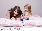 Ребенок рвет волосы мамы расческой. Стоковое фото, фотограф Иванов Алексей / Фотобанк Лори