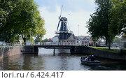 Купить «Ветряная мельница с вращающимися лопастями и мост, Голландия», видеоролик № 6424417, снято 13 сентября 2014 г. (c) FMRU / Фотобанк Лори