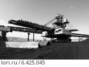 Купить «Крутонаклонный консольный штабелер на гусеничном ходу для перевалки угля», эксклюзивное фото № 6425045, снято 10 июля 2014 г. (c) Валерий Акулич / Фотобанк Лори