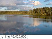 Купить «Небо и облака отражающиеся в лесном озере», фото № 6425605, снято 22 августа 2014 г. (c) Pukhov K / Фотобанк Лори