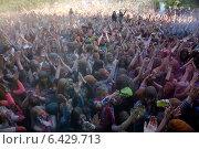 Купить «Вид со сцены на посетителей музыкального фестивале индийских красок на большом московском флешмобе в парке 50-летия Октября в Москве на проспекте Сахарова 21  сентября 2014», фото № 6429713, снято 21 сентября 2014 г. (c) Николай Винокуров / Фотобанк Лори
