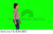 Casual brunette walking on green screen. Стоковое видео, агентство Wavebreak Media / Фотобанк Лори