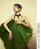 Концептуальный портрет стильной девушки с пальмовым листом и бижутерией на шее, фото № 6435825, снято 5 октября 2012 г. (c) Майер Георгий Владимирович / Фотобанк Лори