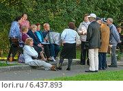 Сокольники: встреча пенсионеров, эксклюзивное фото № 6437893, снято 20 сентября 2014 г. (c) Константин Косов / Фотобанк Лори