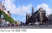 Купить «Большая церьковь (Grote Kerk) на центральной рыночной площади Grote Markt (Харлем, Голландия)», видеоролик № 6438749, снято 13 сентября 2014 г. (c) FMRU / Фотобанк Лори