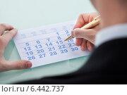 Купить «Hand Marking Date 15 On Calendar», фото № 6442737, снято 18 мая 2014 г. (c) Андрей Попов / Фотобанк Лори