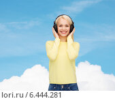 Купить «smiling young woman with headphones», фото № 6444281, снято 15 апреля 2014 г. (c) Syda Productions / Фотобанк Лори