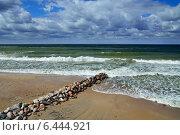 Купить «Балтийское море и волнорез», фото № 6444921, снято 20 июля 2013 г. (c) Сергей Трофименко / Фотобанк Лори