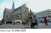 Купить «Большая церковь (Grote Kerk) на центральной рыночной площади Grote Markt (Харлем, Голландия)», видеоролик № 6446809, снято 13 сентября 2014 г. (c) FMRU / Фотобанк Лори