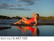 Красивая девушка лежит на пляже и отражается в воде. Стоковое фото, фотограф Дарья Швыдкая / Фотобанк Лори