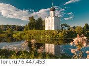 Церковь Покрова на Нерли — памятник архитектуры домонгольского периода на закате летом (2014 год). Редакционное фото, фотограф Dmitry Abezgauz / Фотобанк Лори