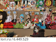 Купить «Уличная торговля подарками и сувенирами в Дмитрове Московской области», эксклюзивное фото № 6449529, снято 20 сентября 2014 г. (c) lana1501 / Фотобанк Лори