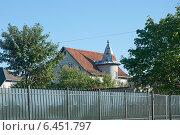 Купить «Дом с башенкой за забором», эксклюзивное фото № 6451797, снято 26 сентября 2014 г. (c) Svet / Фотобанк Лори