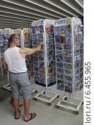 Купить «Туристы выбирают открытки с видами Греции», фото № 6455965, снято 12 июля 2014 г. (c) Алексей Гусев / Фотобанк Лори