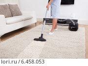 Купить «Maid Cleaning Carpet With Vacuum Cleaner», фото № 6458053, снято 15 марта 2014 г. (c) Андрей Попов / Фотобанк Лори