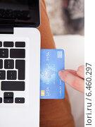 Купить «Man Inserting Credit Card In Laptop», фото № 6460297, снято 9 марта 2014 г. (c) Андрей Попов / Фотобанк Лори
