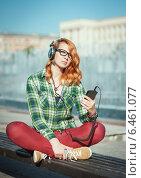 Девушка-хипстер в наушниках слушает музыку. Стоковое фото, фотограф Darkbird77 / Фотобанк Лори