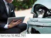 Купить «Insurance Agent Examining Car After Accident», фото № 6462761, снято 28 июня 2014 г. (c) Андрей Попов / Фотобанк Лори