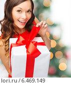 Купить «smiling woman in red dress with gift box», фото № 6469149, снято 22 сентября 2013 г. (c) Syda Productions / Фотобанк Лори