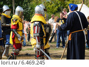 Средневековые рыцари перед реконструкцией боя (2013 год). Редакционное фото, фотограф Роман Палтахиенти / Фотобанк Лори