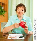 Купить «Woman looking concerned counting of money», фото № 6470161, снято 12 мая 2014 г. (c) Яков Филимонов / Фотобанк Лори