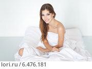 Красивая длинноволосая девушка сидит на постели. Стоковое фото, фотограф Viktor Gladkov / Фотобанк Лори