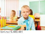 Купить «Мальчик сидит в классе на фоне одноклассников и задумчиво смотрит в сторону», фото № 6480481, снято 16 августа 2014 г. (c) Сергей Новиков / Фотобанк Лори