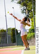 Купить «Pretty tennis player about to serve», фото № 6481281, снято 11 июня 2014 г. (c) Wavebreak Media / Фотобанк Лори