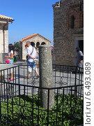 Купить «Мраморная колонна к которой приковали чудотворную икону турки в Средневековом монастыре Богоматери Кардиотиссы, Крит, Греция», эксклюзивное фото № 6493089, снято 23 июля 2014 г. (c) Алексей Гусев / Фотобанк Лори
