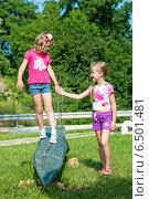 Две сестры в летнем парке (2014 год). Редакционное фото, фотограф Кононенко Александр / Фотобанк Лори