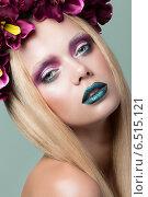 Купить «Портрет молодой женщины с голубыми губами и в венке из бордовых цветов», фото № 6515121, снято 17 июля 2014 г. (c) Людмила Дутко / Фотобанк Лори