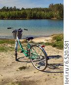 Велосипед на берегу озера (2014 год). Редакционное фото, фотограф Самойлова Екатерина / Фотобанк Лори