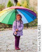 Купить «Девочка с зонтиком», фото № 6526453, снято 6 октября 2013 г. (c) Анастасия Лукьянова / Фотобанк Лори
