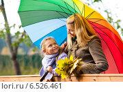 Купить «Мама с дочкой под одним зонтом стоят на мосту», фото № 6526461, снято 6 октября 2013 г. (c) Анастасия Лукьянова / Фотобанк Лори