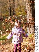 Купить «Девочка с листьями», фото № 6526465, снято 6 октября 2013 г. (c) Анастасия Лукьянова / Фотобанк Лори